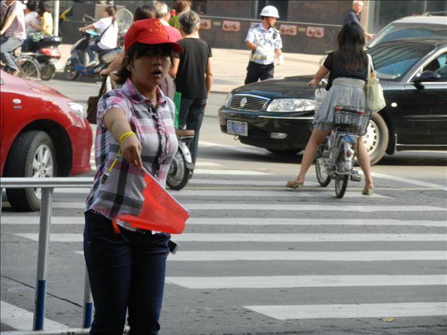 参与文明创建有行动,为文明城市锦上添花。清晨七点半,我校100名志愿者小红帽已经来到市中山路、解放路、学府路、长江路等镇江市重要路段的85个人流量较大的公交站台上开展文明出行志愿服务,为文明交通献出自己的一份力。 志愿者们积极帮助乘客排队候车、依次上下车,并对乘客不在站台上等候、闯红灯、不走人行横道等违规行为进行劝阻,提醒他们遵守交通法规,服从交通信号的指挥。